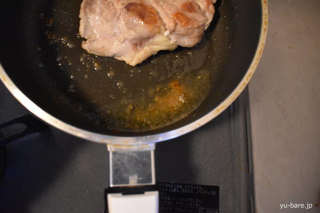 鶏モモから出た脂の写真